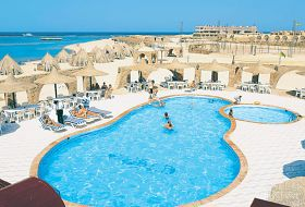 Widok na basen w Utopia Beach Resort