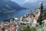 Kotor leży u podnóża masywu Lovcen, otoczony z trzech stron górami
