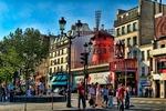 Moulin Rouge położony jest w dzielnicy czerwonych latarni niedaleko Montmartre