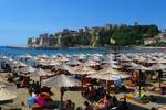 Ulcinj - widok na Małą Plażę i Stare Miasto z zamkiem