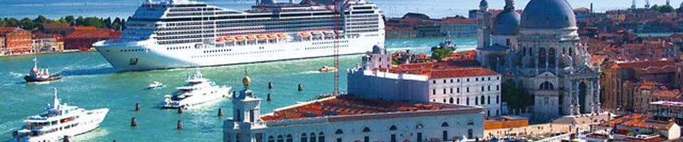 Liniowiec wpływający do portu w Wenecji